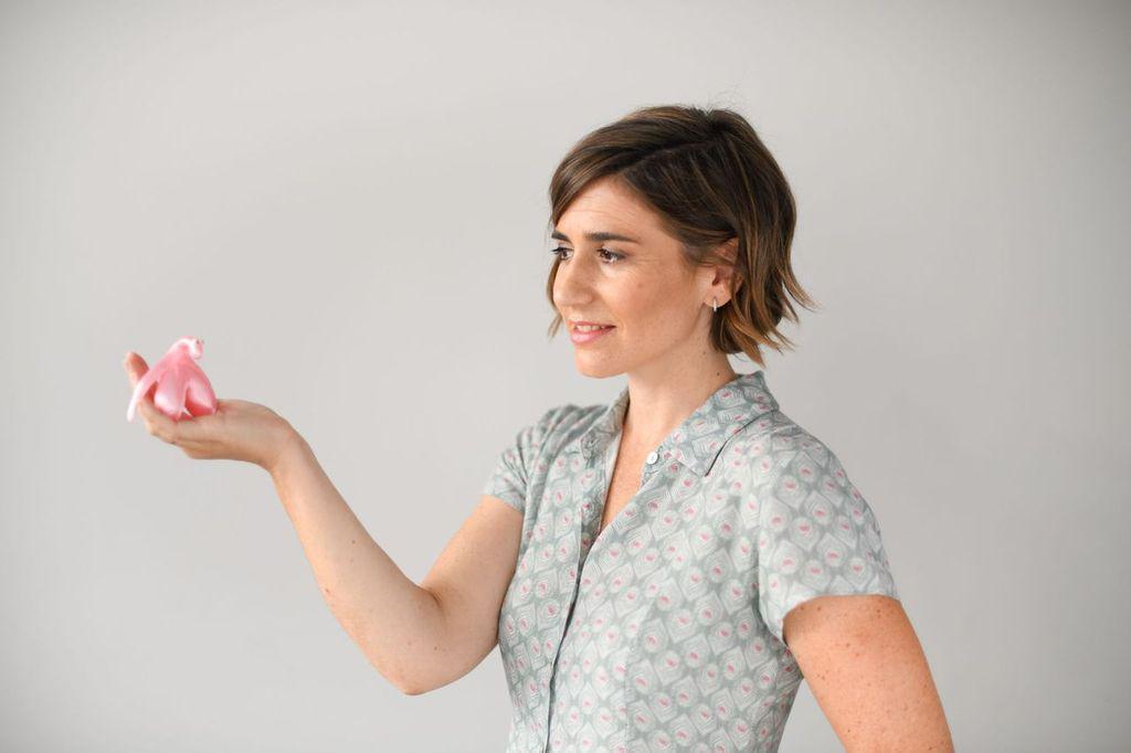 Orgasmo y embarazo.Nagore mirando a un clítoris que sostiene en su mano derecha.